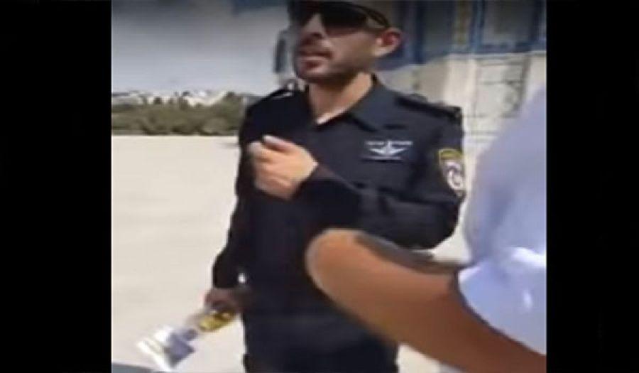 """ضابط من كيان يهود يتجول في باحات الأقصى بـ""""زجاجة خمر"""""""