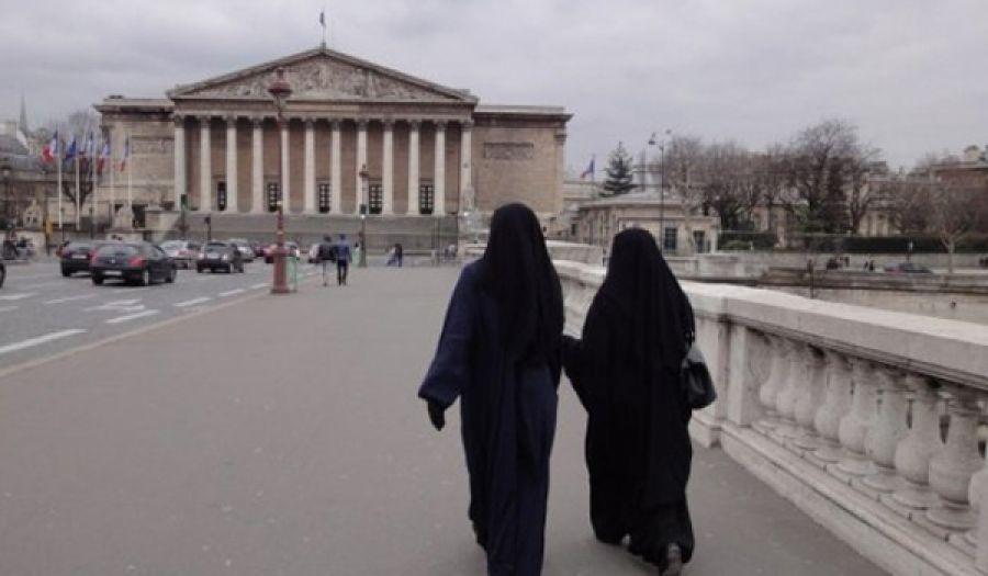 لباس المرأة المسلمة في الغرب أشد وقعاً عليهم من المدافع