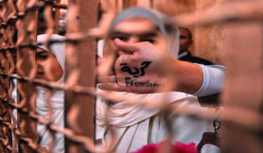 ثلاثة آلاف معتقلة تعرضن للتعذيب والإهانة منذ انقلاب السيسي